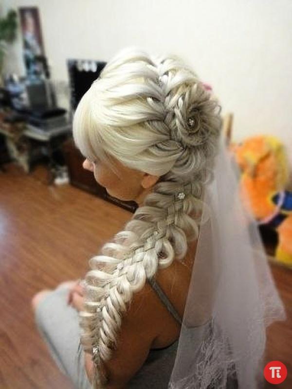 Прически с элементом плетения французской косы