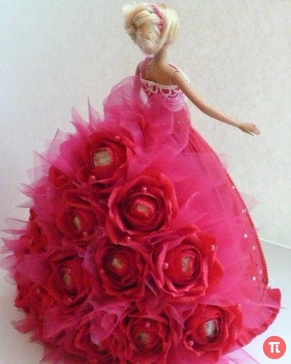 Кукла из конфет из гофрированной бумаги своими руками