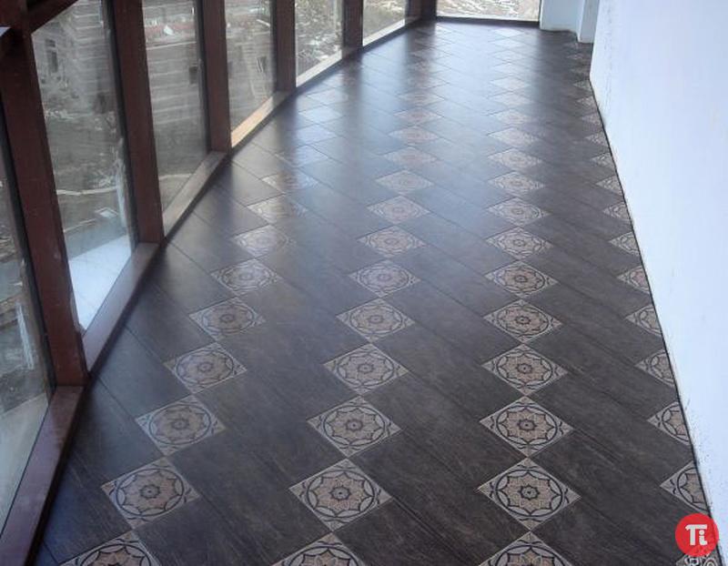 Укладка плитки на пол на балконе..